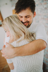 Junger Mann umarmt junge Frau, Halbportrait