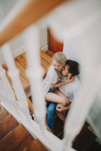 Junges verliebtes Paar im Treppenhaus