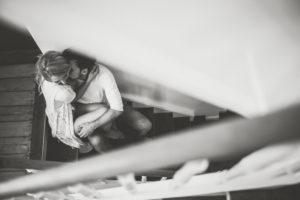 Junges verliebtes Paar im Treppenhaus, s/w
