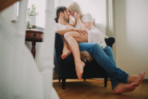 Junges verliebtes Paar zuhause