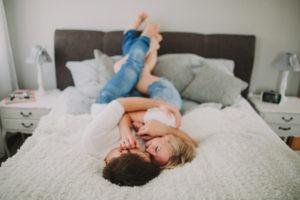 Junges verliebtes Paar zuhause im Bett
