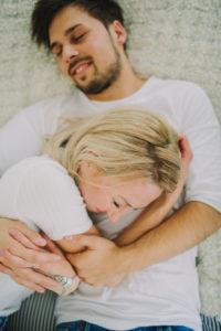 Junges verliebtes Paar zuhause im Bett, Halbportrait