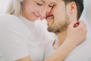 verliebtes Paar, Umarmung, Zärtlichkeit, Profil