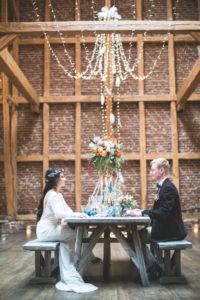 Brautpaar bei Hochzeitsfeier in Scheune