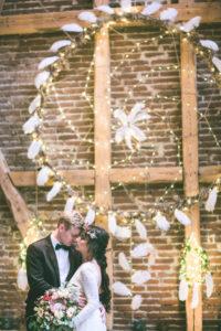 Brautpaar bei indianischer Hochzeit in Scheune