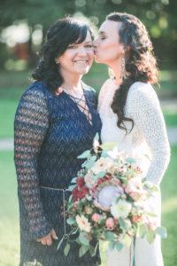 Braut und Freundin bei alternativen Hochzeit im Freien, Halbportrait