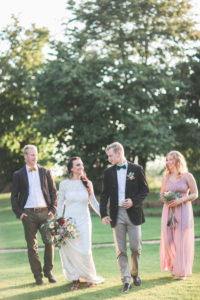 Alternatives Hochzeitspaar und Trauzeugen im Freien