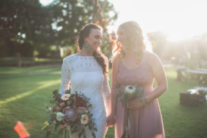Braut und Trauzeugin bei alternativen Hochzeit im Freien, Halbportrait