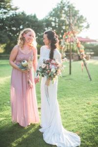 Braut und Trauzeugin bei alternativen Hochzeit im Freien