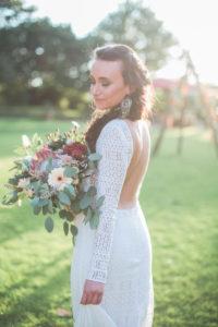 Junge Braut im Freien, Halbprofil