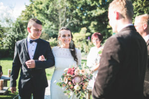 Alternative Hochzeit, Braut vor der Trauung im Freien