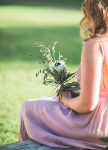 Trauzeugin bei alternativen Hochzeit im Freien, Halbprofil