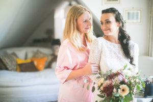Braut und Freundin vor der Hochzeit, Zuspruch, Aufregung, Halbportrait