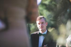 Bräutigam bei Trauungszeremonie im Freien, Portrait