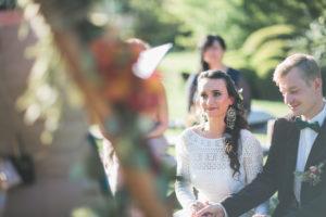 Alternatives Hochzeitspaar bei der Trauung im Freien, Portrait