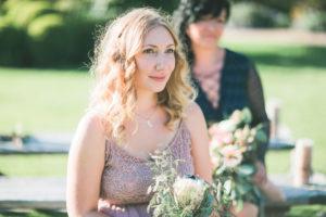 Trauzeuginnen bei alternativen Hochzeit im Freien