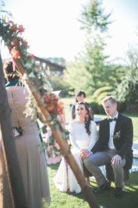 Alternatives Hochzeitspaar bei der Trauung im Freien