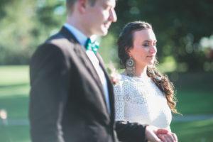 Alternatives Hochzeitspaar im Freien, Portrait