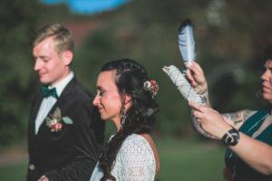 Alternatives Hochzeitspaar bei spiritueller Trauung im Freien, Zeremonie, Feder, Halbportrait