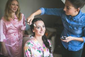 Junge Frau wird geschminkt, Portrait