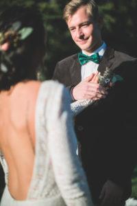 Alternatives Hochzeitspaar bei spiritueller Trauung im Freien,  Treueschwur, Zeremonie, Portrait