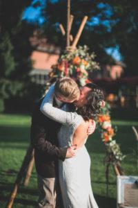 Alternatives Hochzeitspaar im Freien, Umarmung, Kuss