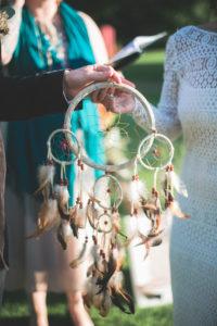 Alternatives Hochzeitspaar bei Trauungszeremonie im Freien, Zeremonie, Traumfänger, Detail