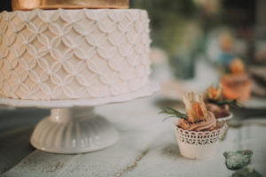 Festlich gedeckter Tisch bei alternativen Hochzeitsfeier im Freien, Detail