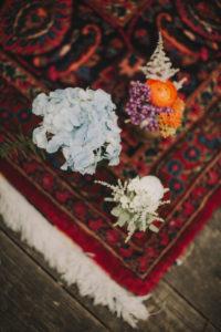 Blumenschmuck auf Teppichboden bei alternativen Hochzeitsfeier, close-up