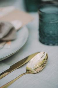 Festlich gedeckter Tisch bei alternativen Hochzeitsfeier, close-up