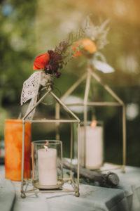 Kerzen auf festlich gedecktem Tisch bei Hochzeitsfeier, close-up