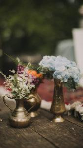 Blumenschmuck bei alternativen Hochzeitsfeier, close-up
