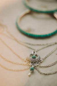 Schmuck bei alternativen Hochzeitsfeier, Halskette, Armreife, close-up