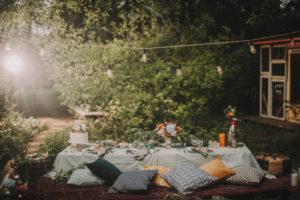 Festlich gedeckter Tisch bei alternativen Hochzeitsfeier im Freien