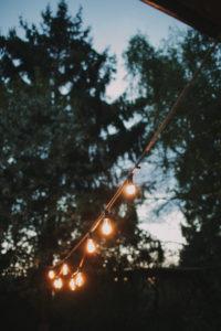 Alternative Hochzeit, Garten, Dekoration, Lichterkette, Abend