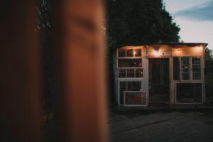 Alternative Hochzeit, beleuchteter Gartenpavillon