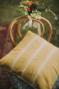 Alternative Hochzeit, Dekoration, Stuhl, Blumen, Kissen, Nahaufnahme