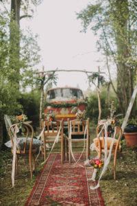 Alternative Hochzeit, Garten, Dekoration, Vorbereitung, Stühle, Blumenschmuck, Altar