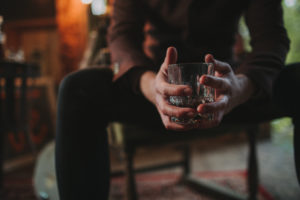 Alternative wedding, bridegroom, nervously, strain, wait, drink whisky, detail, hands, glass