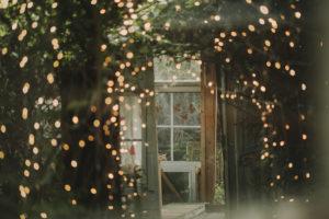 Alternative Hochzeit, Gartenhäuschen, Lichterketten