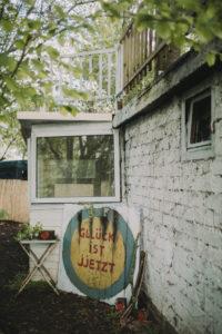 Gartenhäuschen, alt, außen, Schild, Aufschrift, Glück ist jetzt
