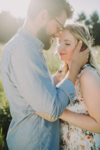 Paar, verliebt, Spaziergang, Wiese, Sommer, Umarmung,