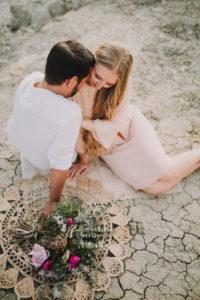 Paar, verliebt, Schlucht, sitzen, Blumenstrauß,