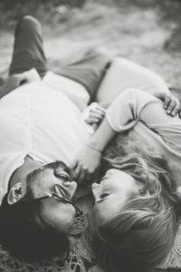 Paar, verliebt, liegen, Arm in Arm,