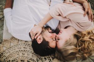 Paar, verliebt, liegen, Decke,