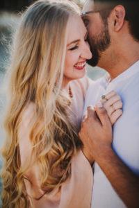 Paar, verliebt, Umarmung, Halbporträt, Detail, seitlich,