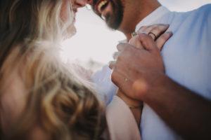 Paar, verliebt, Umarmung, Detail, Gegenlicht,