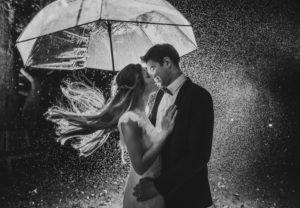 Paar unter Regenschirm, glücklich, verliebt, Zärtlichkeit, Kuss, s/w