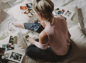 Frau betrachtet Fotos