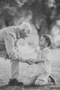Großvater, Enkelsohn, Hände halten, Blickkontakt, seitlich,